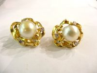 18ct GOLD AND PEARL EARINGS,WITH 3 DIAMONDS BY ALAN GARD,DATED 1971 AND SIGNED.