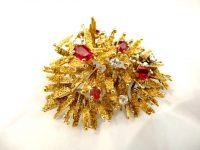 ALAN GARD 18CT GOLD BROOCH WITH RUBIES AND DIAMONDS