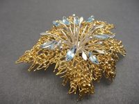 STUART DEVLIN 18CT GOLD AND AQUA BROOCH,SIGNED.