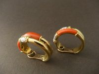 KUTCHINSKY 18ct GOLD AND CORAL EARINGS SIGNED, LONDON